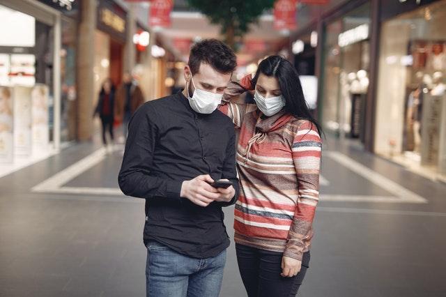 Por qué nos obsesiona la vida de los otros (y cómo la pandemia incrementó ese deseo)